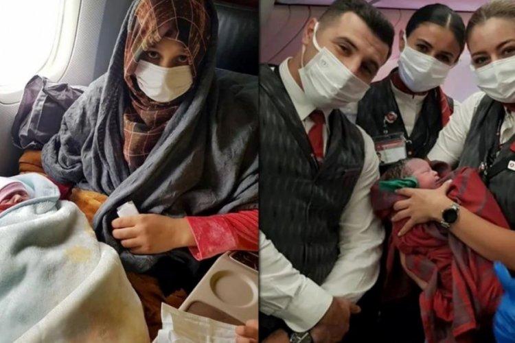 THY'nin tahliye uçuşunda Afgan bir kız çocuğu dünyaya geldi