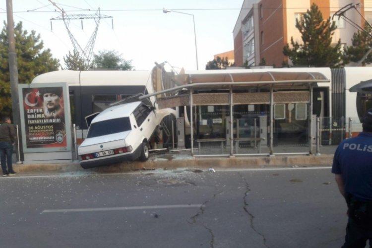Eskişehir'de otomobil tramvaya çarptı