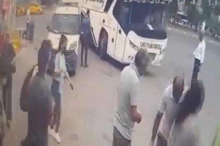 Polis memuru, otobüs ile araç arasına sıkıştı