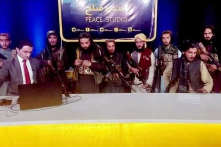 Taliban elinde silahla yayına çıktı