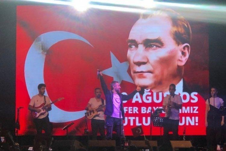 İstanbul Beyoğlu'nda 30 Ağustos coşkusu Resul Dindar konseriyle taçlandı