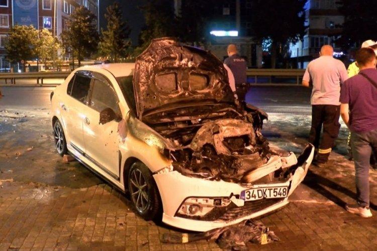 İstanbul'da vince arkadan çarpan otomobil alev aldı