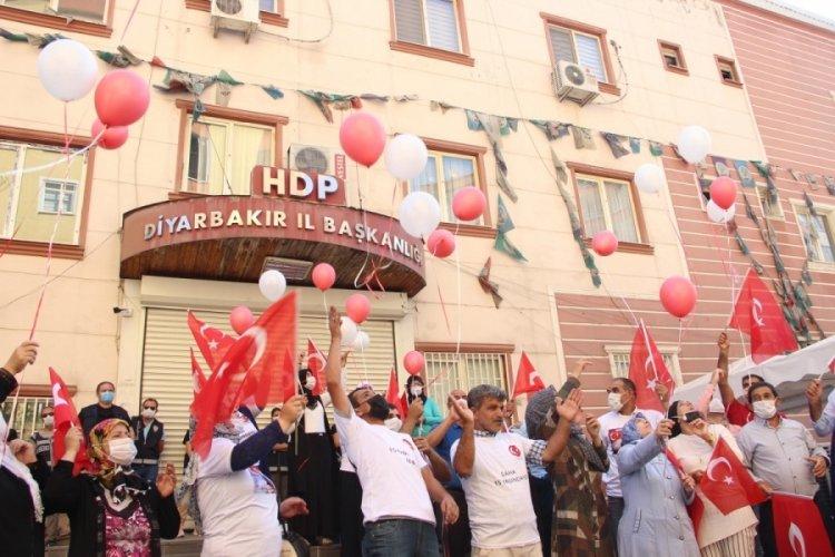 Diyarbakır'da nöbet tutan Ayşegül Biçer: PKK bitene, Kandil'in ismi silinene kadar mücadele devam edecek