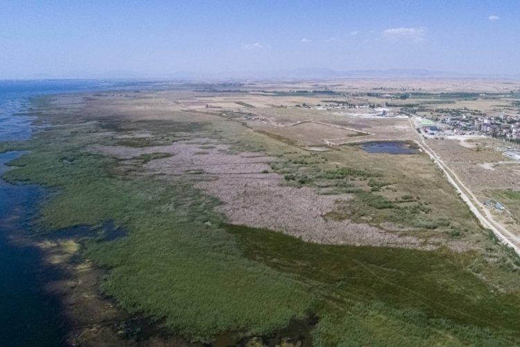 Beyşehir Gölü'nün suyu, metrelerce çekildi!