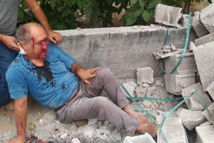 Mersin'de yolda yürüyen adam kamyondan düşen briketlerin altında kaldı