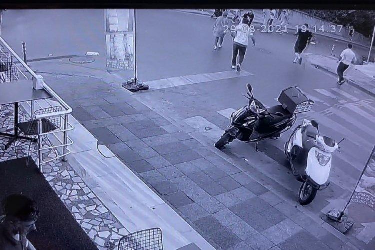 Otomobilin çarptığı motosiklet savrularak bebek arabasına çarptı!