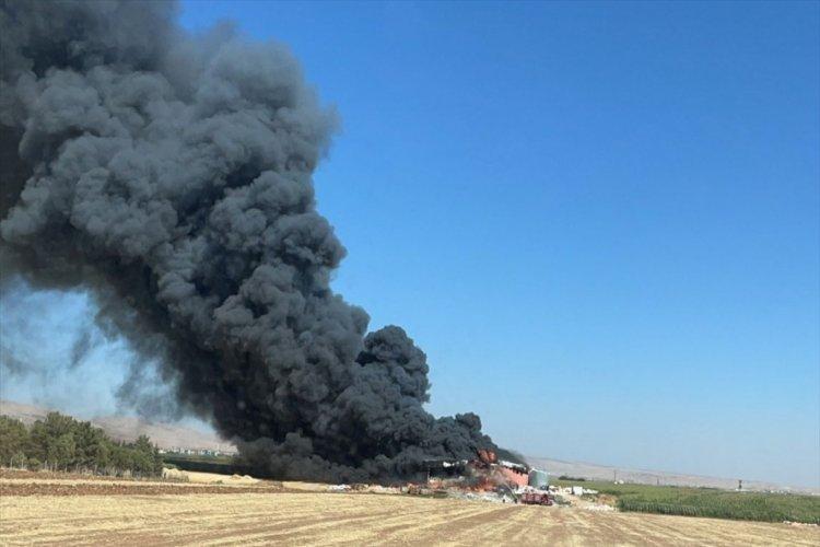 Mardin'de korkutan yangın! Plastik fabrikasında çıkan yangına müdahale ediliyor