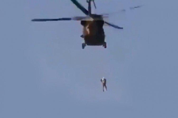 Taliban helikopterden insan sarkıtarak devriye yaptı!