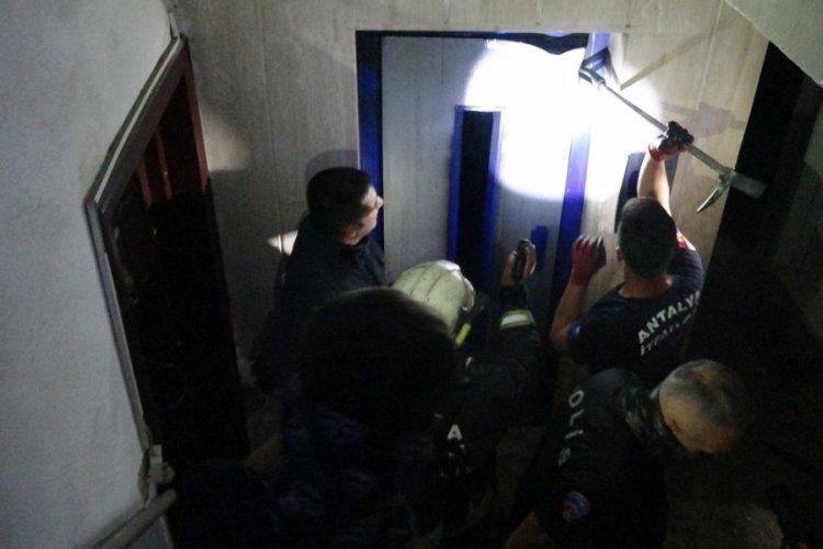 Asansör kabini yandı