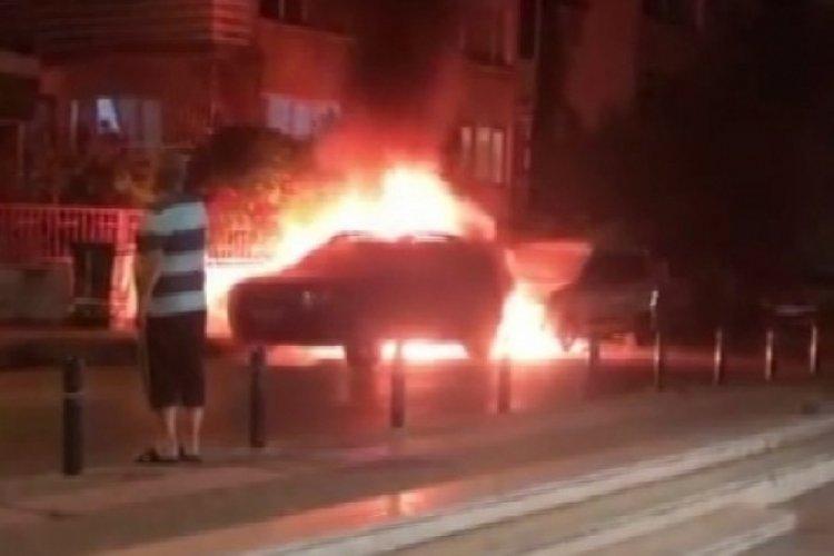 Bursa'da park halindeki 2 otomobil yandı!