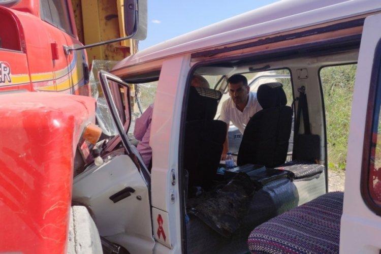 Bursa'da sıkışan minibüs sürücüsünü itfaiye kurtardı