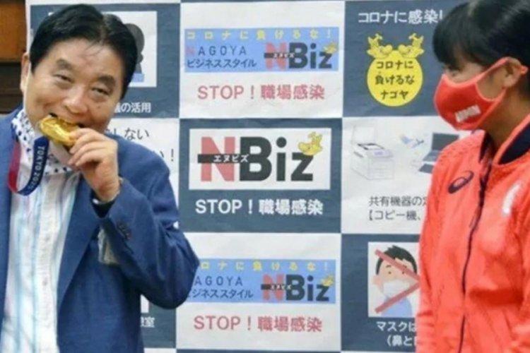 Madalyayı ısıran Japon belediye başkanı koronavirüse yakalandı
