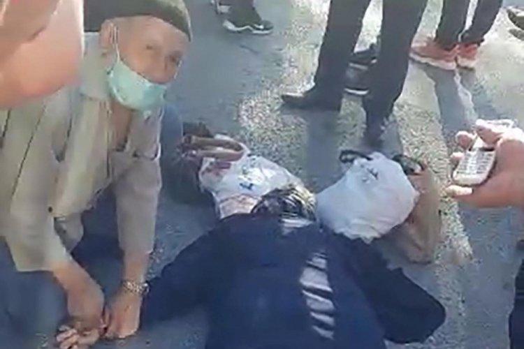 Erzurum'da yaşlı kadına minibüs çarptı! Eşi elini tutarak dakikalarca 'Pervin' diye seslendi