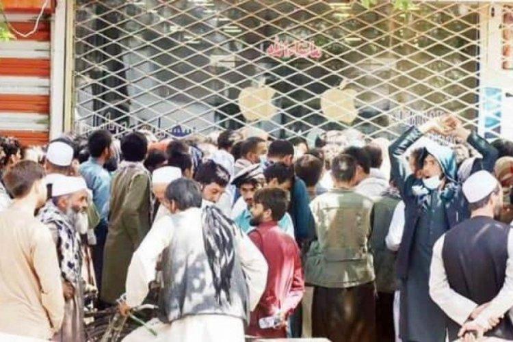 Afganistan'da nakit yetersizliği yüzünden banka önünde kuyruklar oluştu
