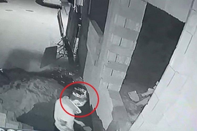 Bursa'da başına taktığı taçla hırsızlık yaptı! O anlar kamerada