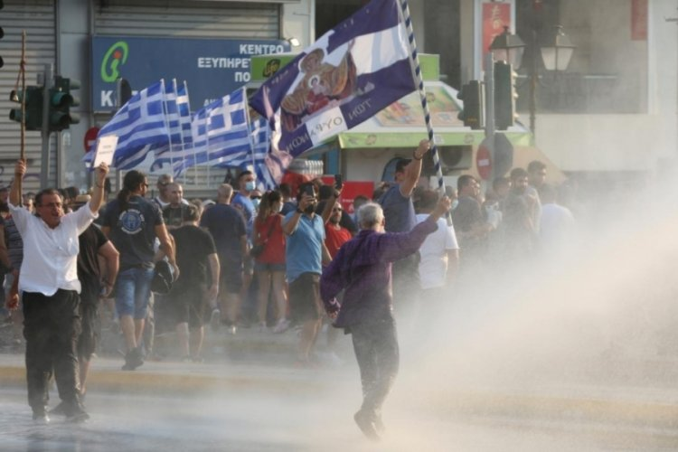 Yunanistan'da Kovid-19'a karşı aşı zorunluluğunu protesto etti