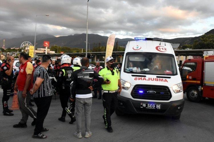 Bursa'da polisi görünce kaçan şüpheliler, genç kadına çarptı