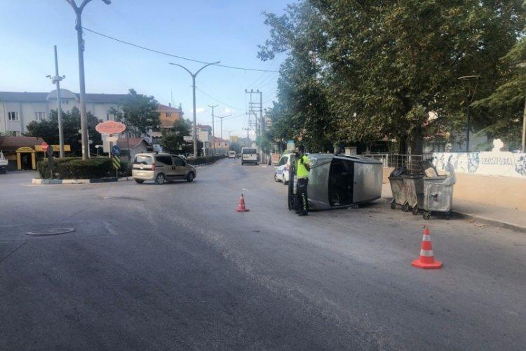 Bursa'da aşırı hız yapan hafif ticari araç yan yattı