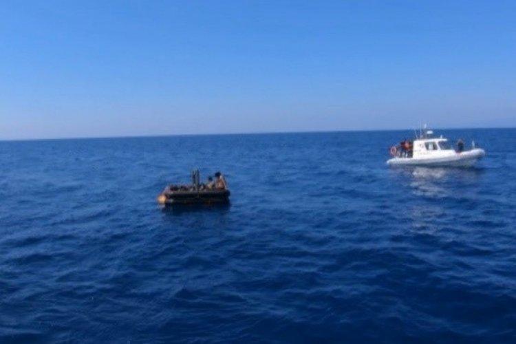 İzmir açıklarında 13 düzensiz göçmen yakalandı