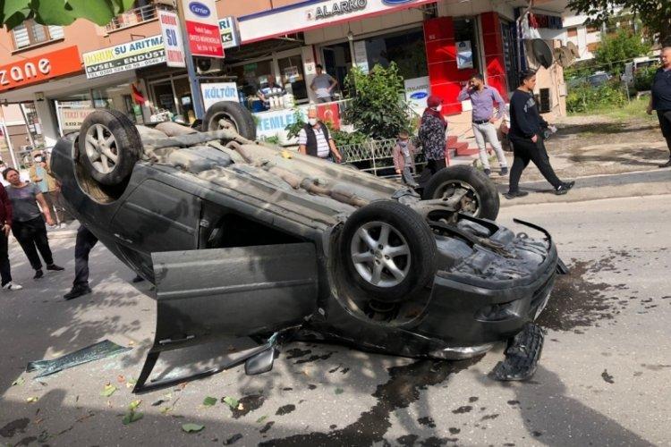 Düzce'de garip trafik kazası! Ağaca çarpıp  ters döndü