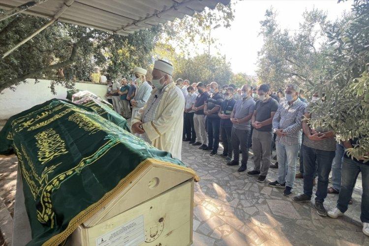 İzmir'deki feci kazada ölen 4 kişinin cenazeleri Balıkesir'de defnedildi