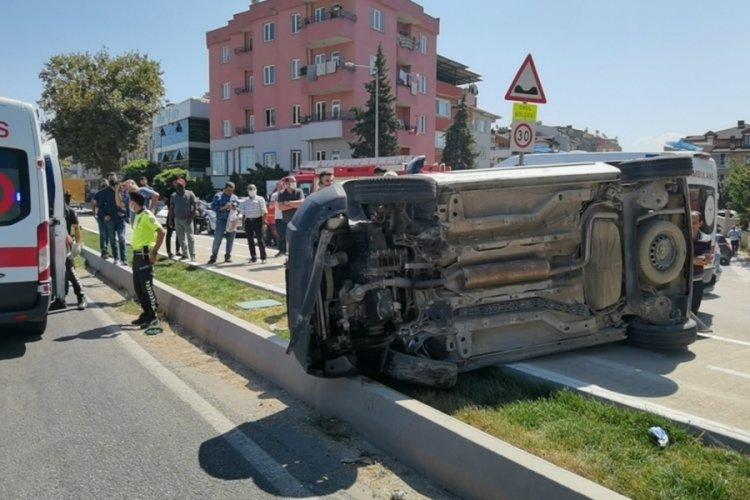 Bursa'da takla atıp 100 metre sürüklenen araçta can pazarı: 2 yaralı