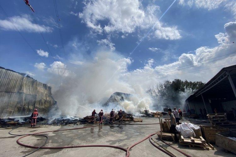 Sakarya'da geri dönüşüm fabrikasında çıkan yangın söndürüldü