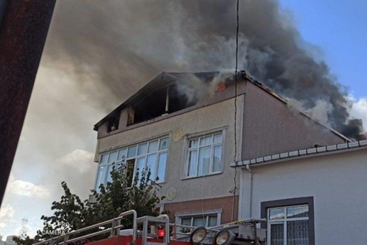 İstanbul Ümraniye'de 3 katlı binada yangın