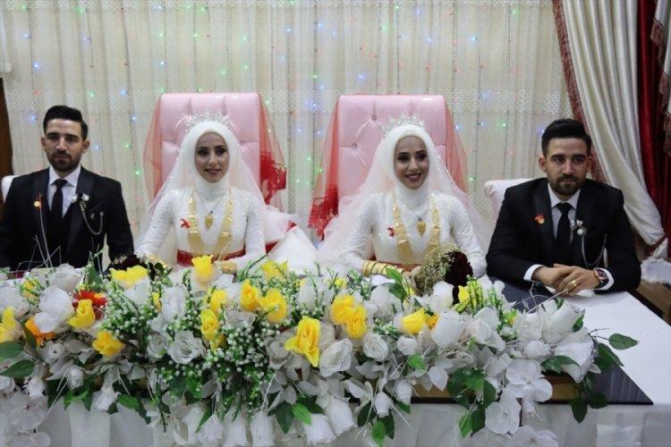 İkiz kardeşler, kendileri gibi tek yumurta ikizi kardeşlerle evlendi