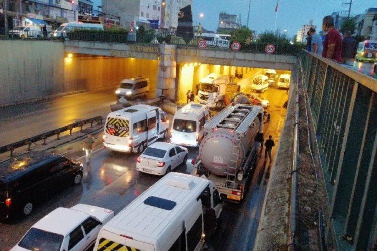Kayganlaşan yolda zincirleme kaza! 17 araç birbirine girdi