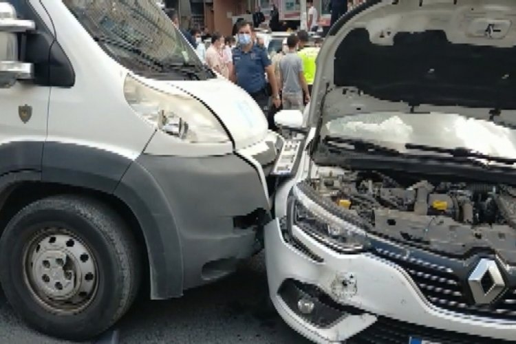 İstanbul Sultangazi'de servis aracı öğrenci ve velilere çarptı: 4 yaralı