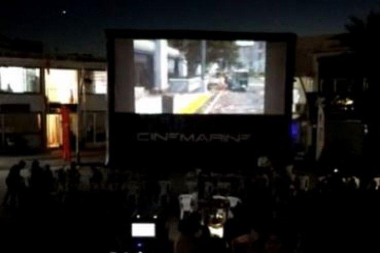 Yanan meydanında çocuklar için sinema kuruldu