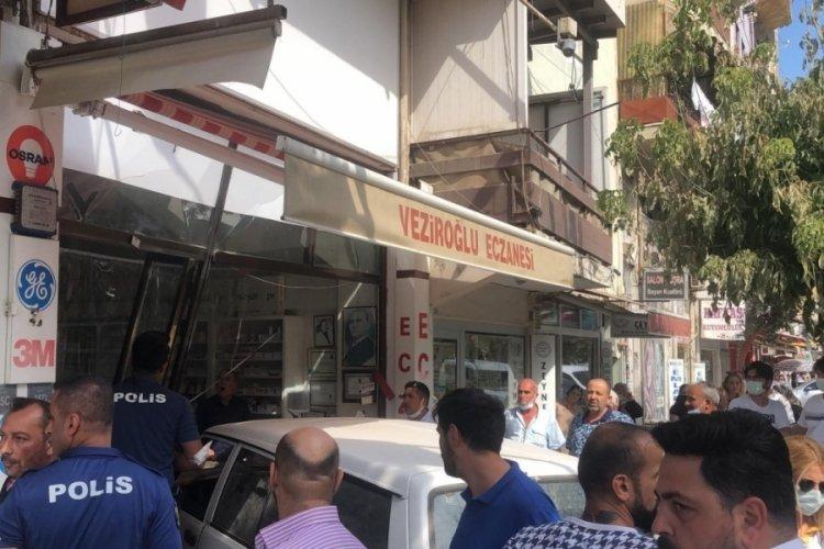 Bursa'da akrabasına kızdı, dükkanına otomobille girdi