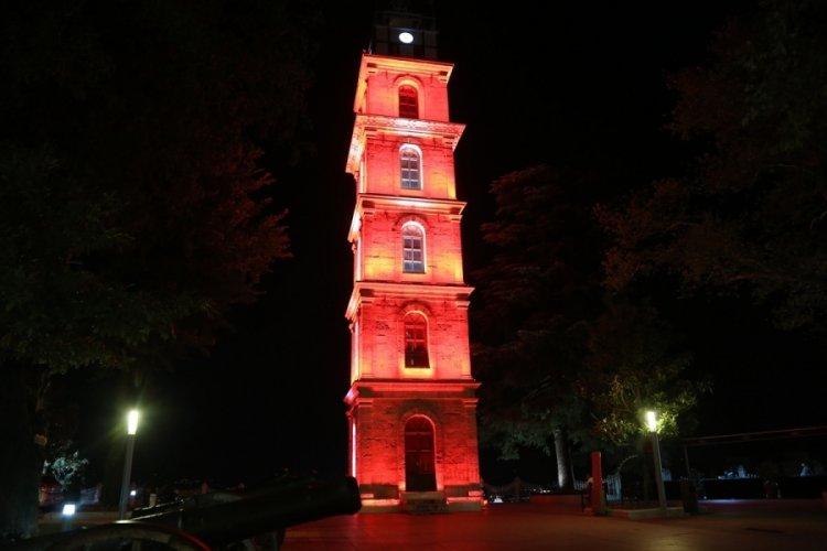 Bursa'nın tarihi Tophane Saat Kulesi DMD hastalığına farkındalık için aydınlatıldı