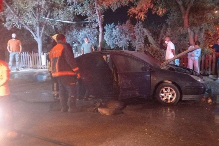 Manisa'da park halinde araç yandı