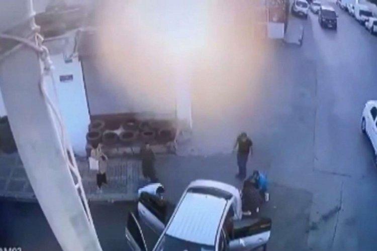 İstanbul Ümraniye'de hızla iki yayanın arasından teğet geçen otomobil kaza yaptı