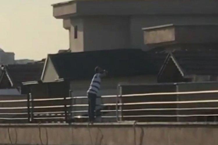 Bursa'da alkollü şahıs atlamak için çıktığı çatıda bile içki içmeye devam etti