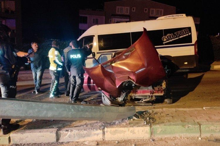 Bursa Kestel'de 3 kişinin yaralandığı kazada, araçtaki içki şişeleri dikkat çekti