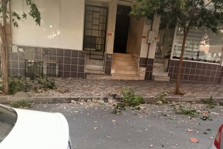 İstanbul Bağcılar'da çatıdan düşen parçalardan son anda kurtuldu