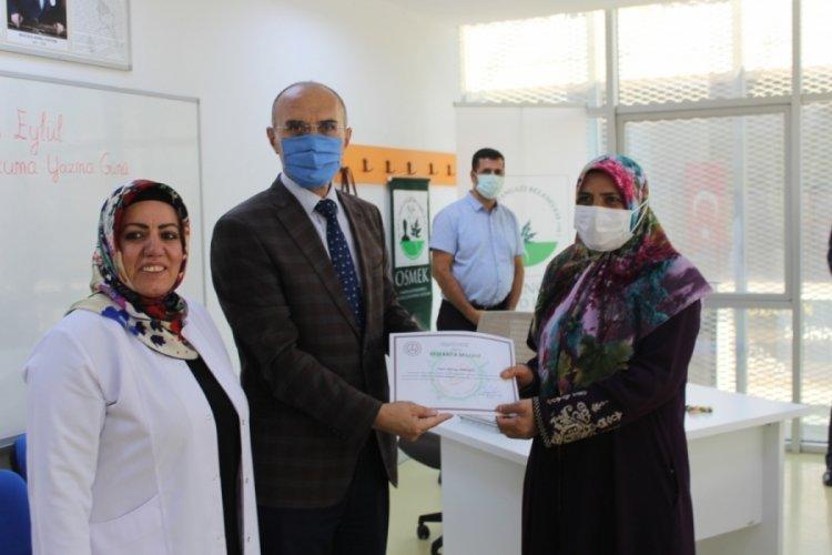 Bursa Osmangazi Halk Eğitimi Merkezi okuma yazma kursiyerleri belgelerini aldı
