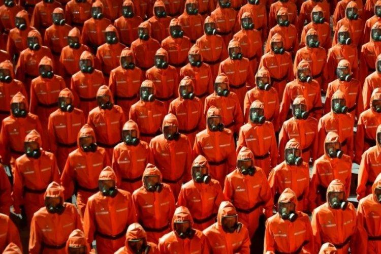 Kuzey Kore liderinden gövde gösterisi! Gaz maskeleriyle yürüdüler