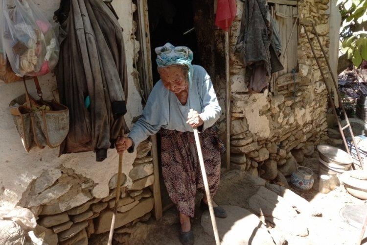 Kocası vasiyet ettiği için 43 yıldır mağarada yaşıyor