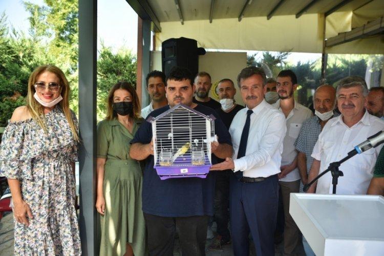 Bursa'da engelli çocuklara kanarya hediye edildi