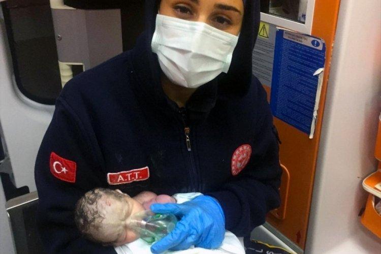 Doğduktan sonra kalbi duran bebek, ambulans ekibinin müdahalesiyle hayata döndü