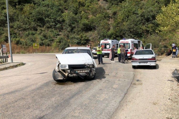 Bursa'da otomobiller kafa kafaya çarpıştı! 7 kişi yaralandı