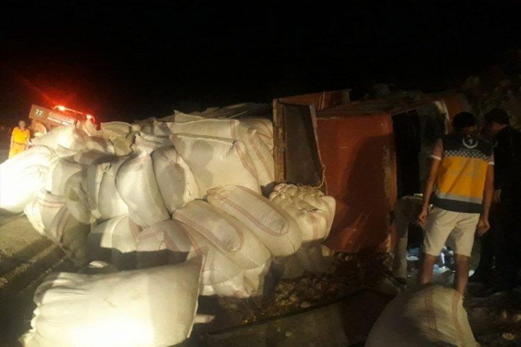 Mersin'de kamyon devrildi: 1 ölü, 2 yaralı