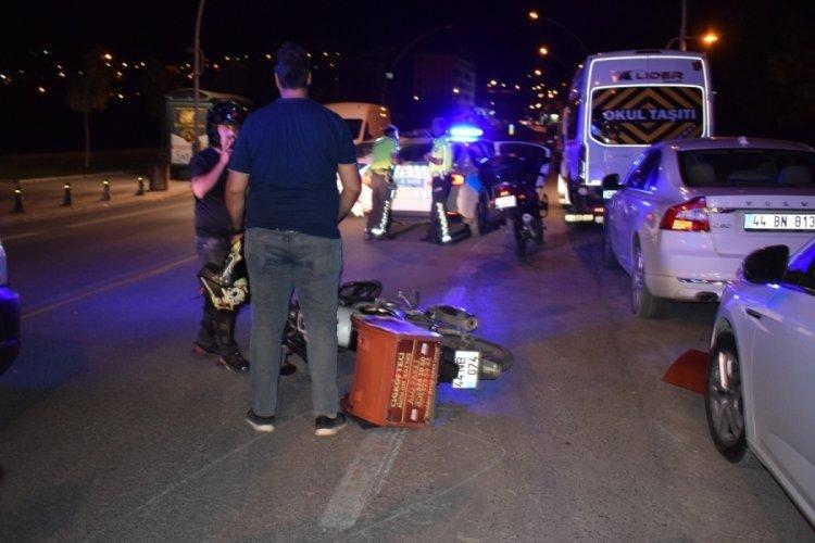 Malatya'da otomobilin kapısına çarpan motokurye yaralandı
