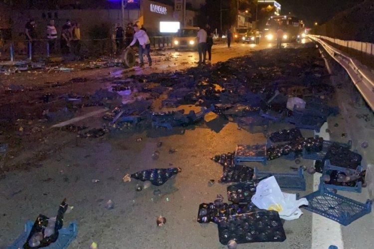 Bursa'da otomobil incir yüklü kamyonete çarptı! 2 yaralı var