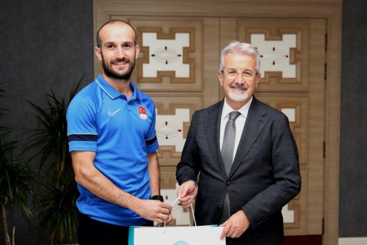 Bursa Nilüfer Belediye Başkanı Erdem'den milli atlet Hakan Cira'ya ödül