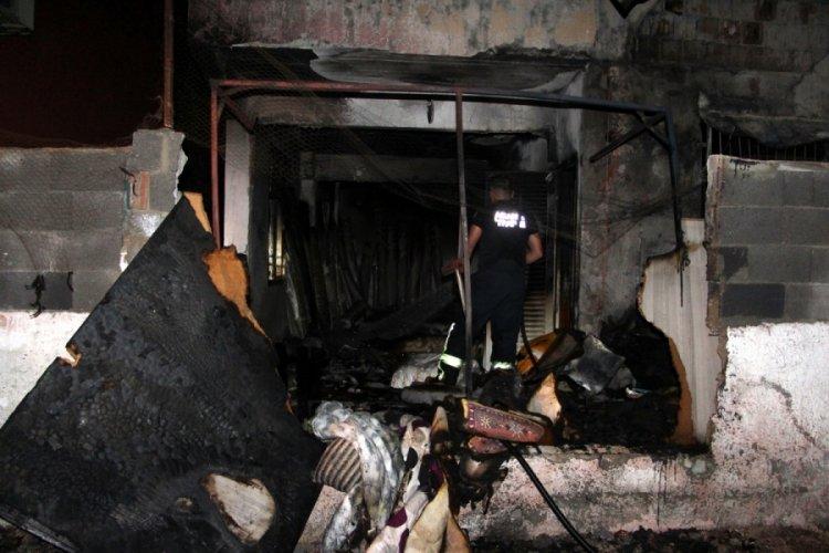 Adana'da benzin döktükleri müstakil evi ateşe verdiler